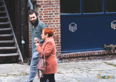 Deux personnes discutent en marchant